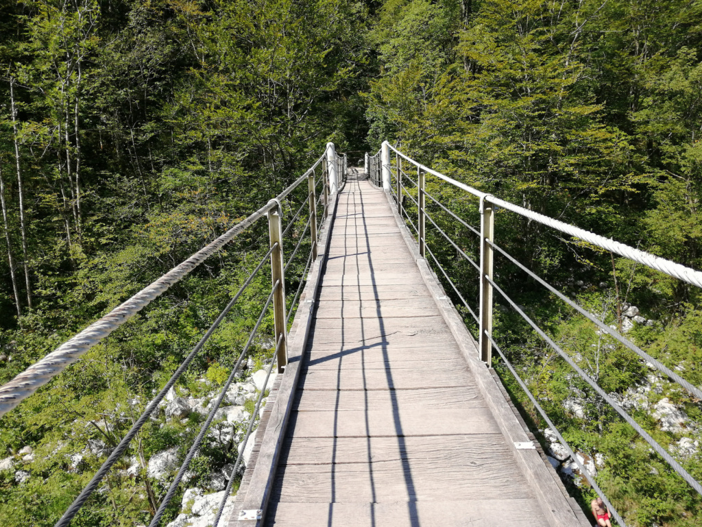 Kobarid Brv čez Sočo oziroma eden izmed visečih mostov čez reko