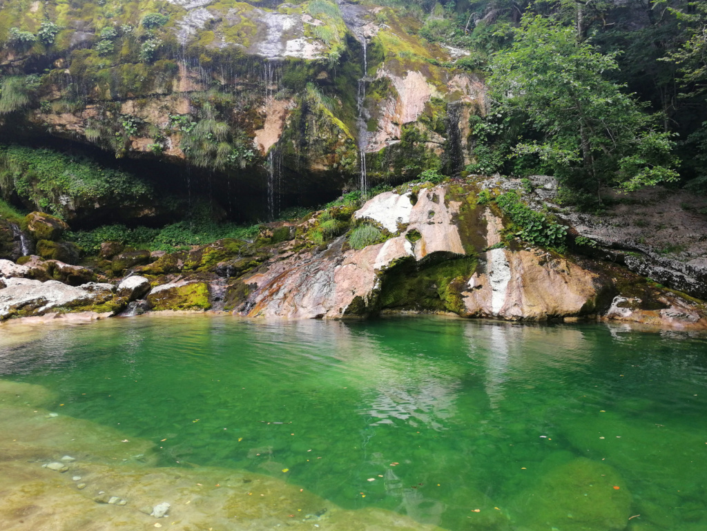 Smaragdni tolmun ob slapu Virje