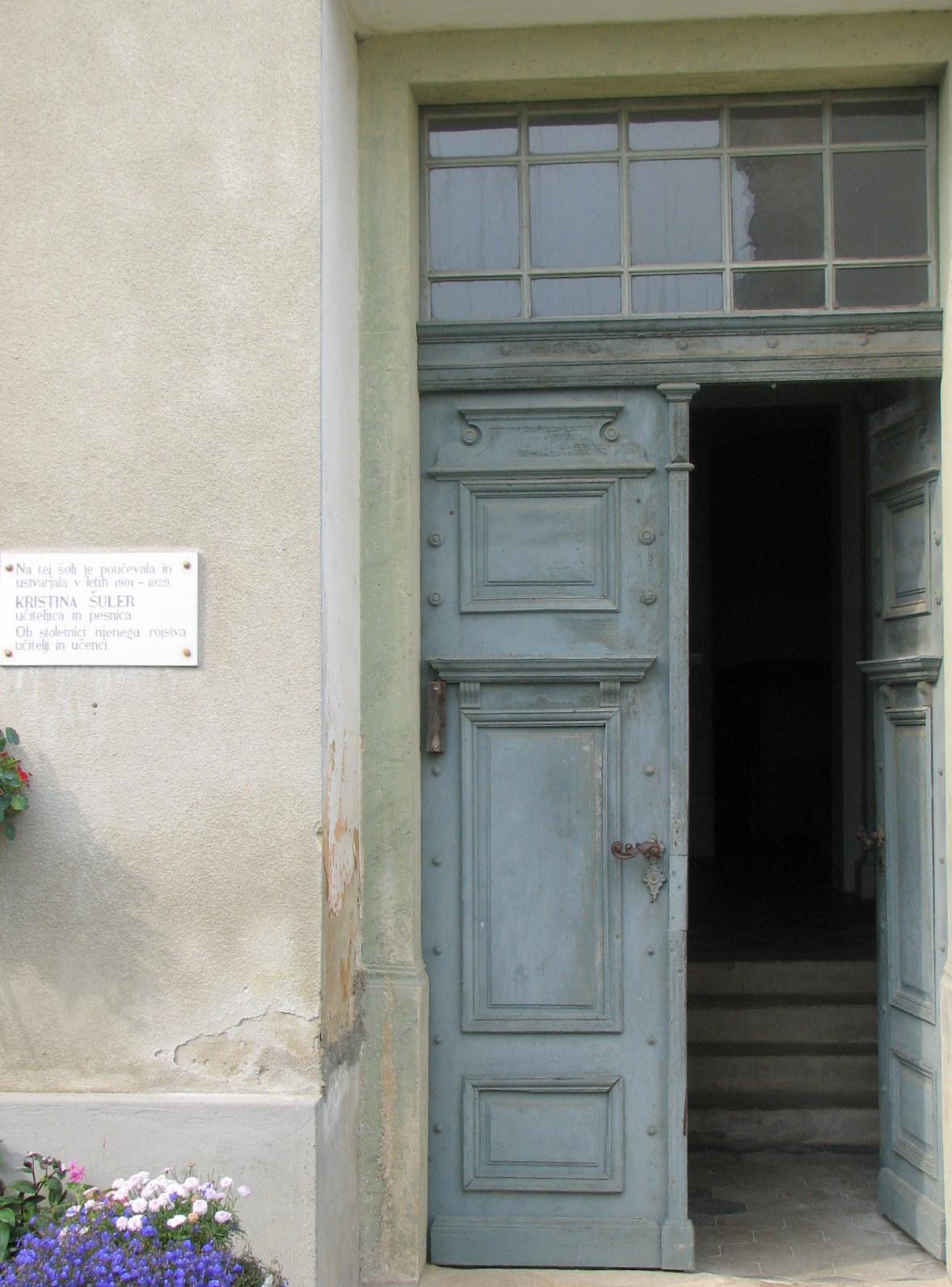 Vhod v staro šolo in spomin na pesnico Katarino Šuler