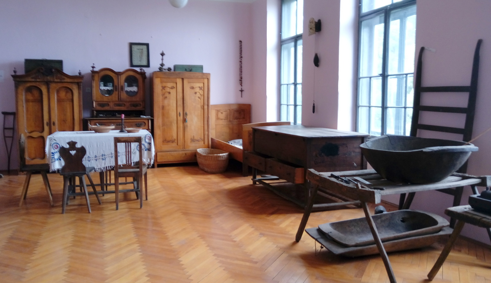 Bivalni prostori so bili nekoč skromno a lepo opremljeni