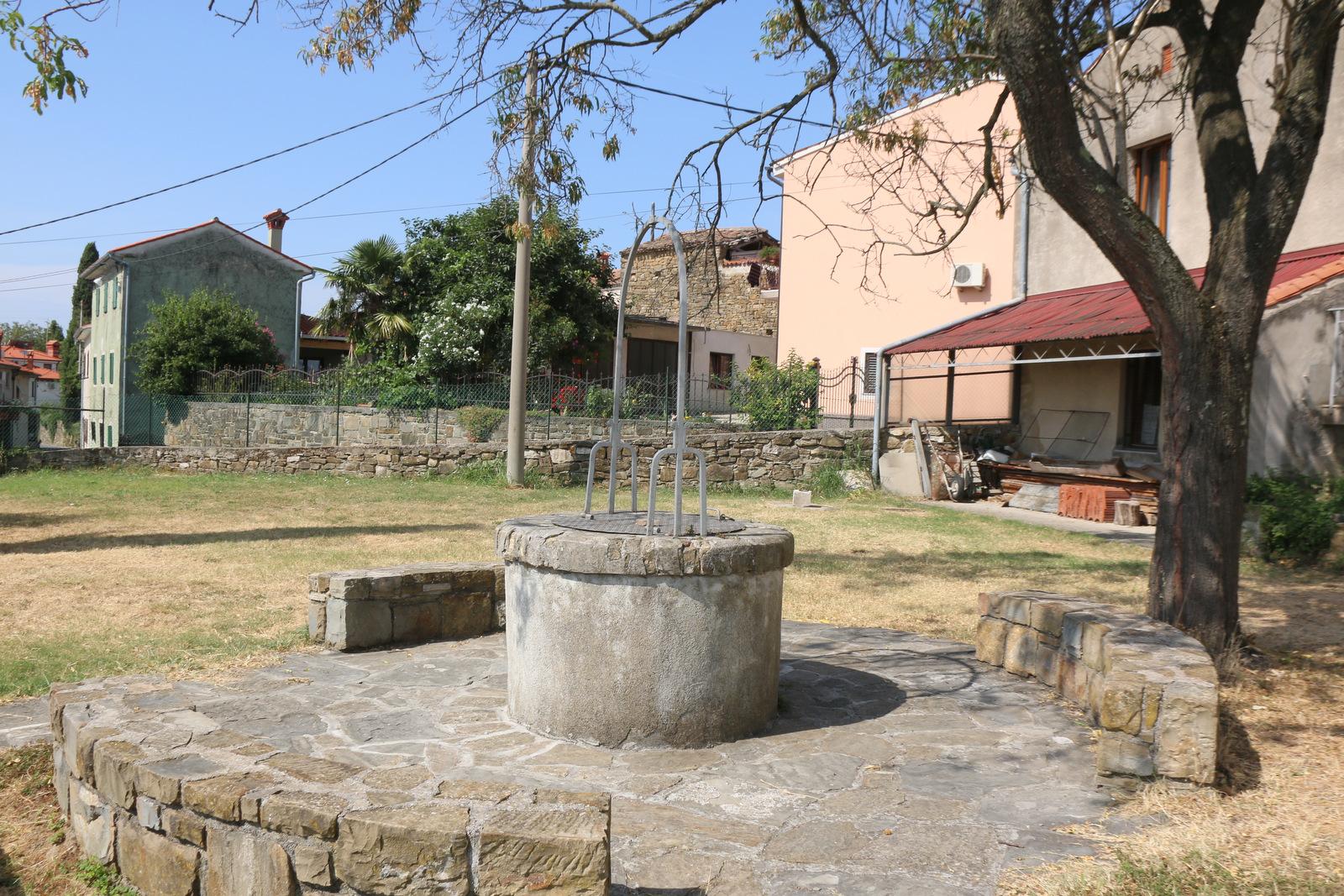 Vodnjak v Padni.