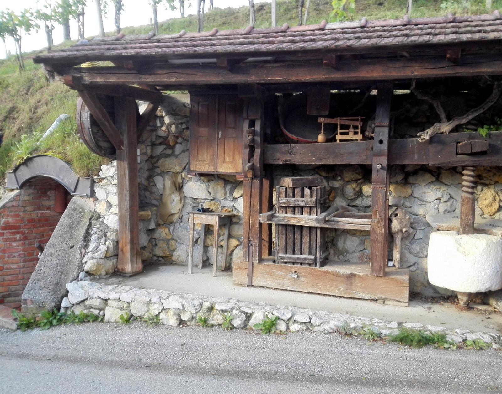 Vhod v repnico Najger okrašen z vinogradniškimi pripomočki