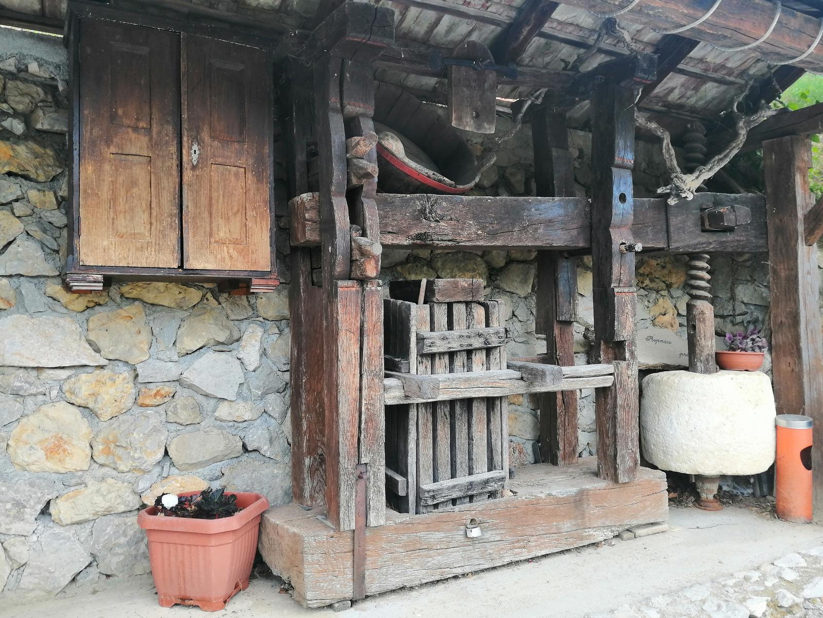 Staro vinogradniško orodje in pripomočki
