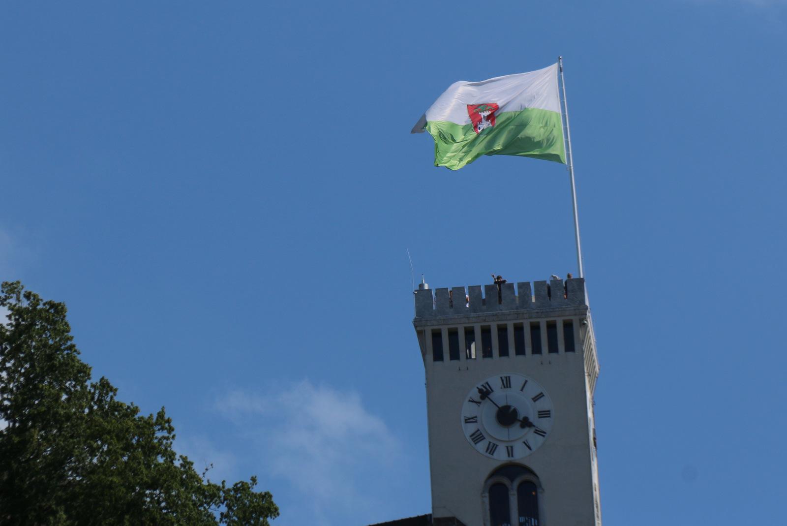 Ljubljanski grad z mestno zastavo