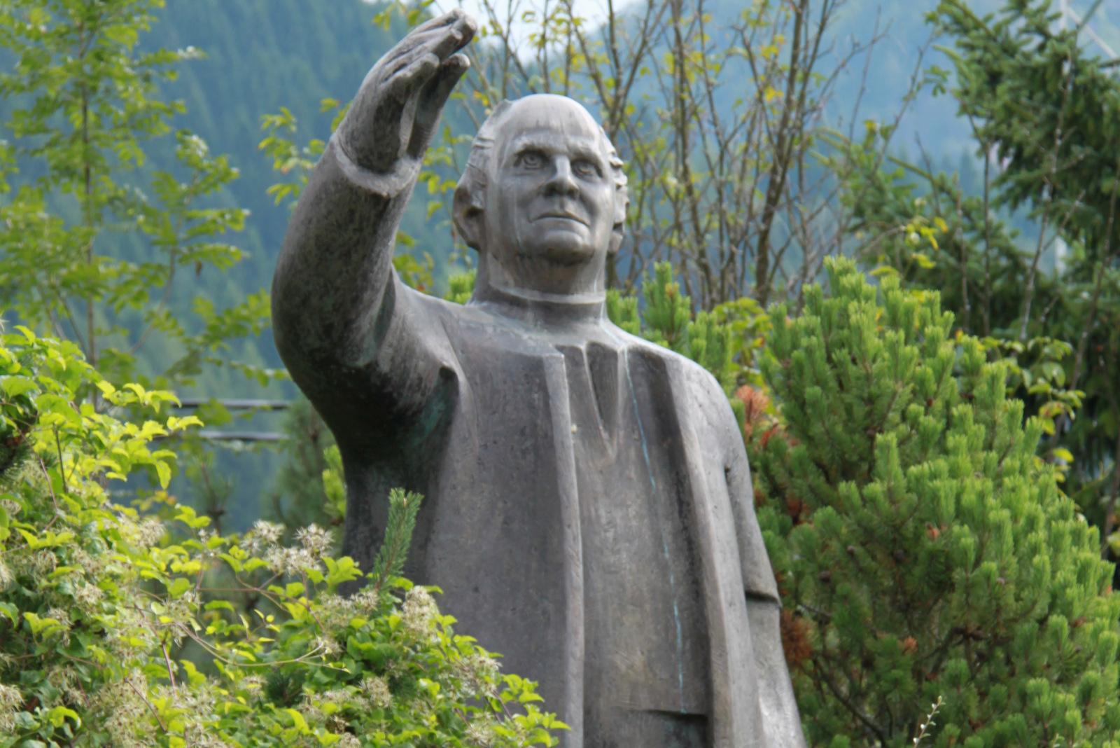 Jakob Aljaž pogleduje proti Triglavu