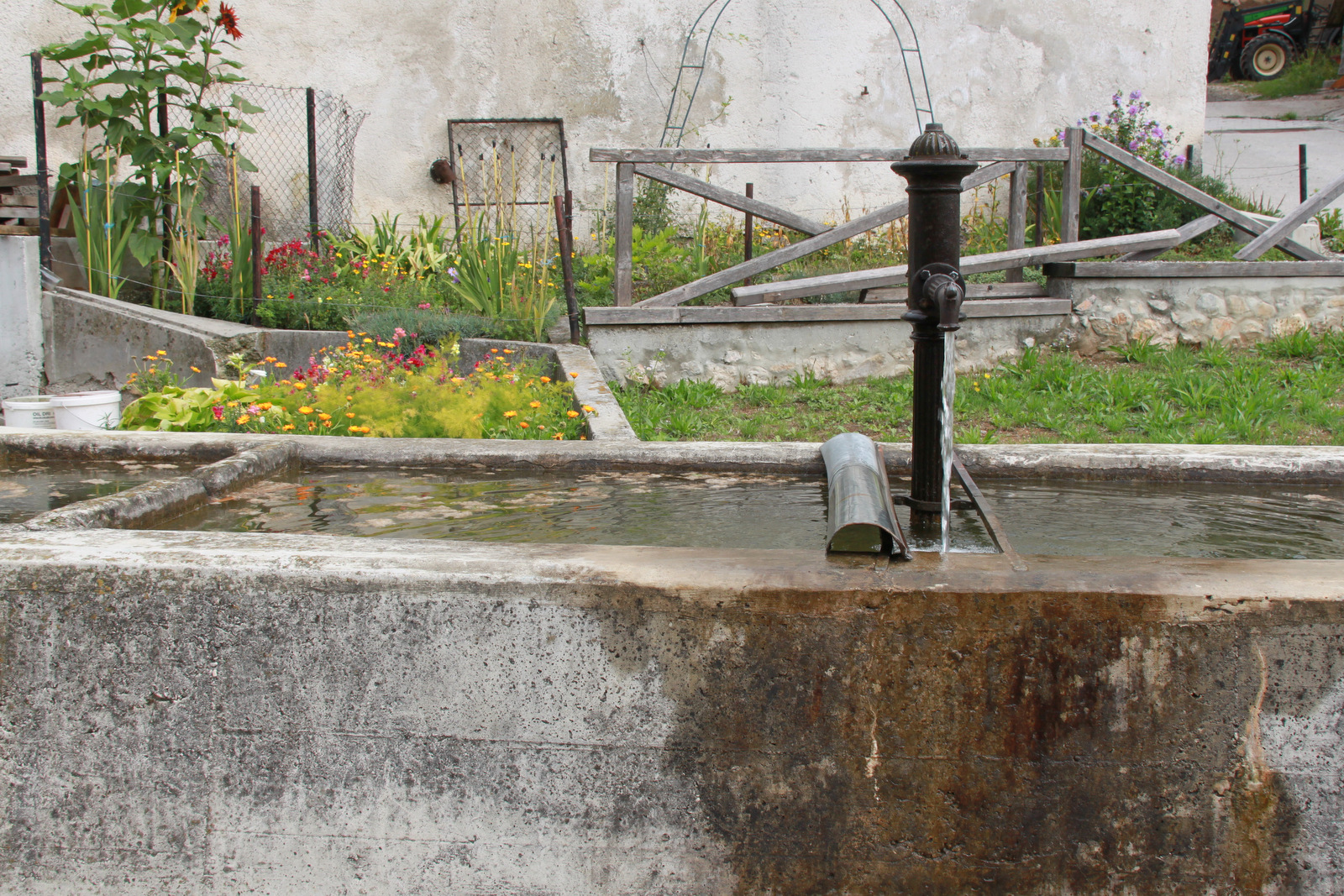 Zbiralnik vode sredi vasi