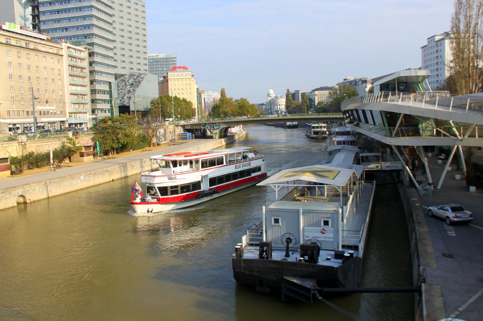 Po Donavi in kanalu vozijo ladje