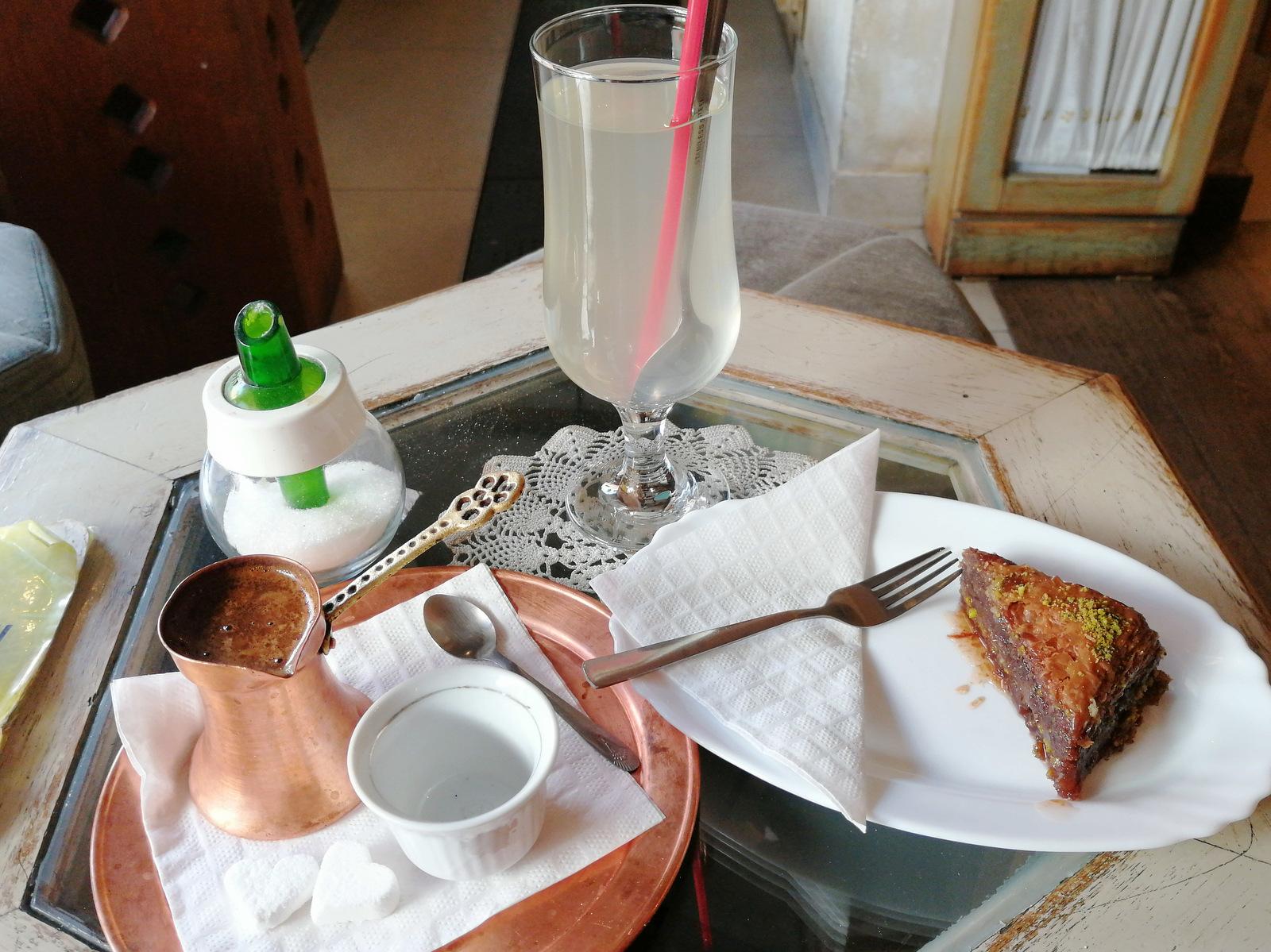 Bosanska kava, baklava in smrekova limonada