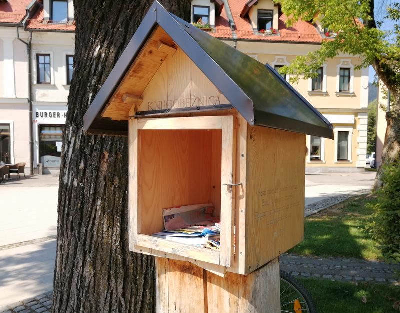 Izposoja knjig na prostem v Kočevju