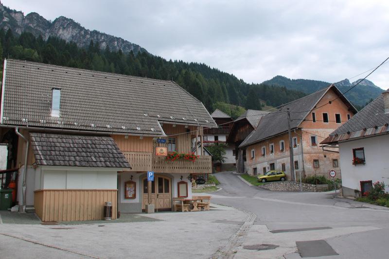 Dovje, središče vasi